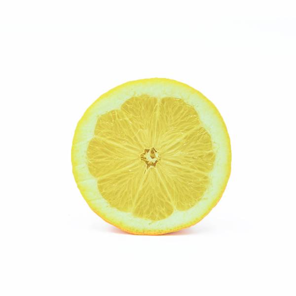 limone siciliano tagliato a metà